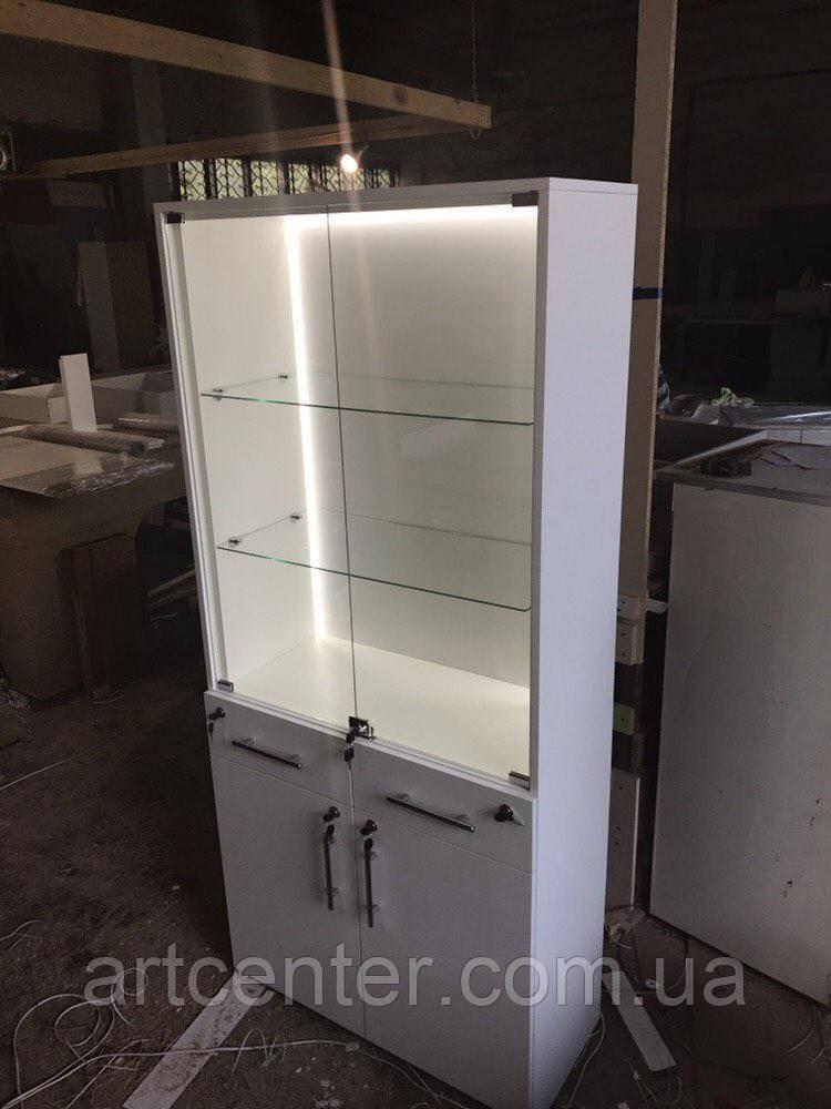 Шкаф-витрина с подсветкой и закрытыми полочками