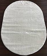 Красивый ворсистый  ковер белого  цвета на пол
