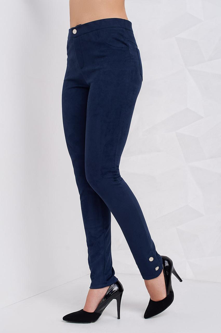 52c2444f7686 Синие женские брюки из замши декорированы пуговицами