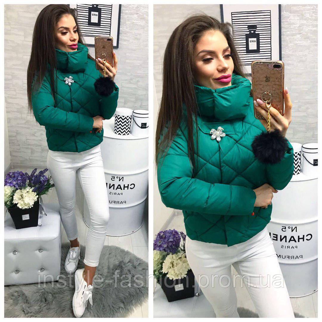 Женская короткая куртка с брошкой ткань плащевка наполнитель холофайбер зеленая