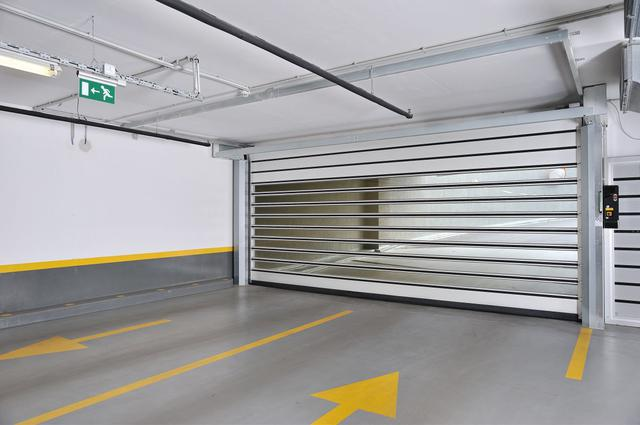 Високошвидкісні ворота EFA-SST з подвійним заскленням - енергоефективне та естетичне рішення