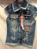 Жилетка  джинсовая для девочки 1-6 лет синего цвета роза с карманами из бисера оптом