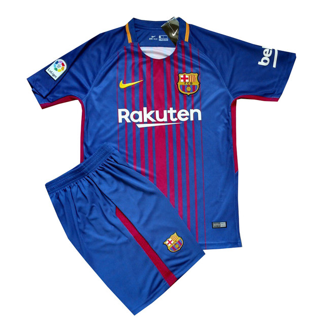 a53a6a176860 Форма «Барселоны» никогда не жаловалась на недостаток рекламы. На передней  части расположились логотипы главных спонсоров – «Nike» и «Rakuten Inc.»,  ...