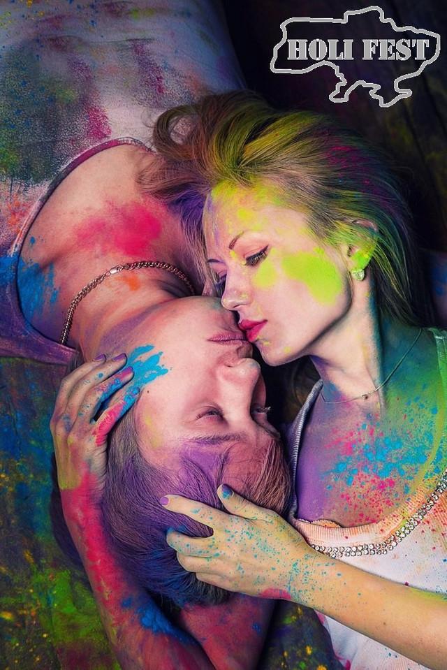 Подаруй коханій в день закоханих романтичну фотосесію з фарбами Холі!