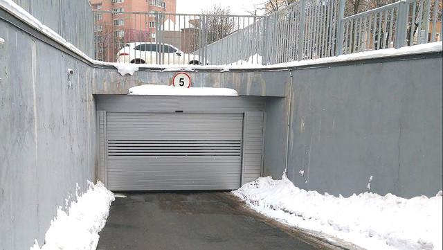 Ворота EFA-SST на паркінгу багатоквартирного будинку
