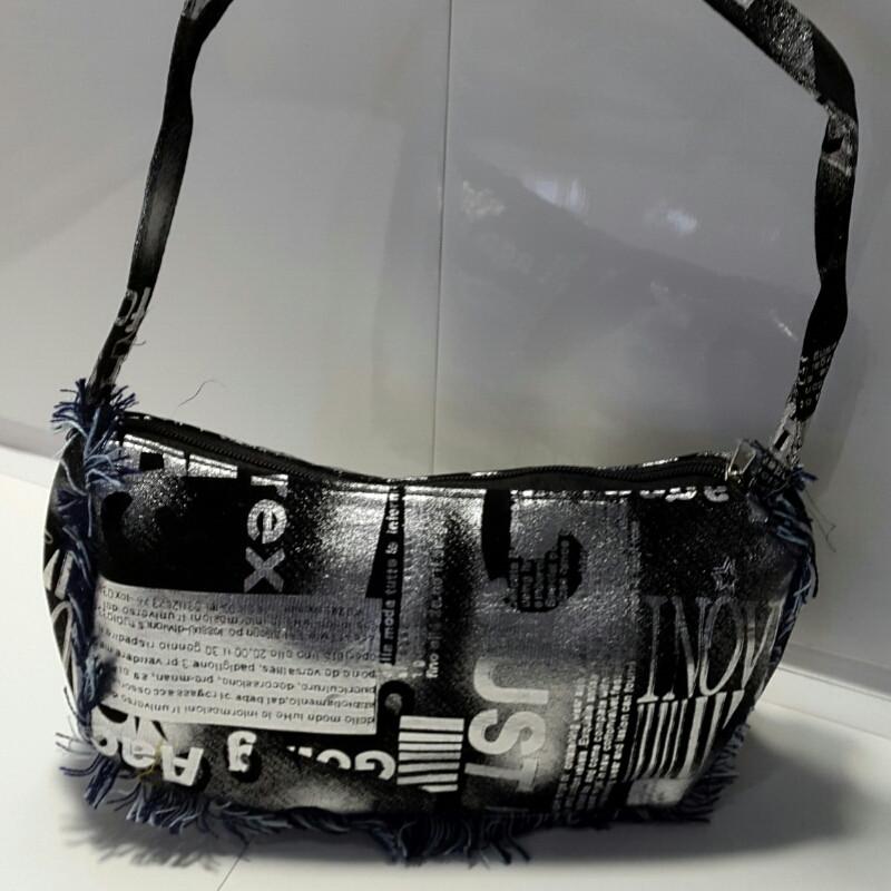 Вместительная женская серебристо-черная косметичка 13х23 см