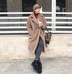 Бежевое плюшевое пальто