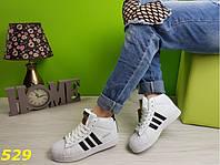 Кроссовки суперстар белые с брендовыми значками, женская обувь