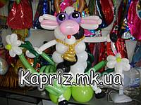Милая коровка с цветком из шаров