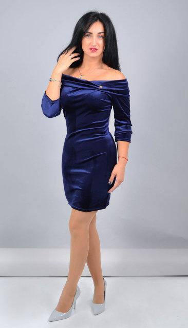 Короткое велюровое платье до колена синего цвета