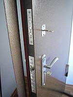 Входные металлические двери с двумя замками.