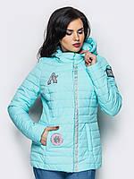 Демисезонная женская короткая куртка с нашивками в нежных оттенках 90279