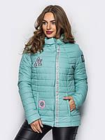 Демисезонная женская короткая куртка с нашивками в нежных оттенках 90279/2