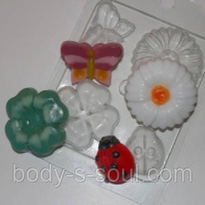 Пластиковая форма для мыла на лугу