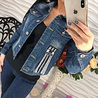 Куртка женская джинсовая на пуговицах с нашивками тренд 2017 года