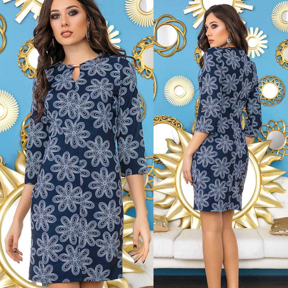 Платье прямое в цветочный принт с разрезом спереди и украшением на горловине