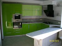 Кухня с крашеным МДФ фасадом и встроенным холодильником