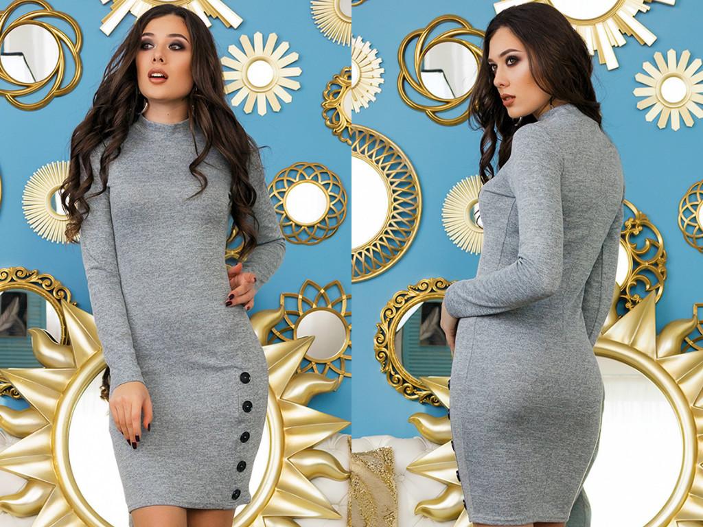 Удобное ангоровое облегающее платье украшено рядом пуговиц на юбке
