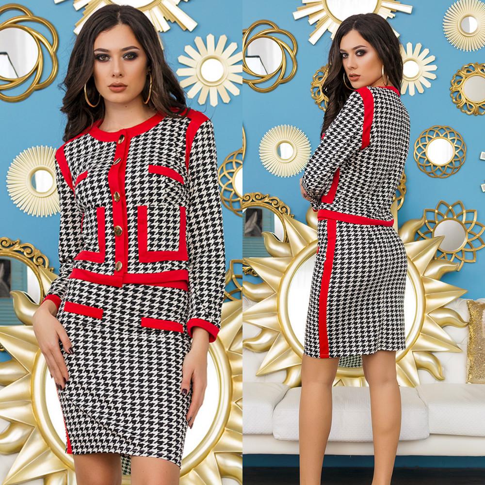 Элегантный деловой юбочный костюм с пиджаком в гусинную лапку с красными вставками