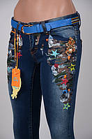Женские  джинсы с цветным  принтом.