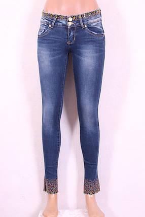 Женские джинсы узкие укороченные с вышивкой и перфорацией на поясе и по низу штанин, фото 2