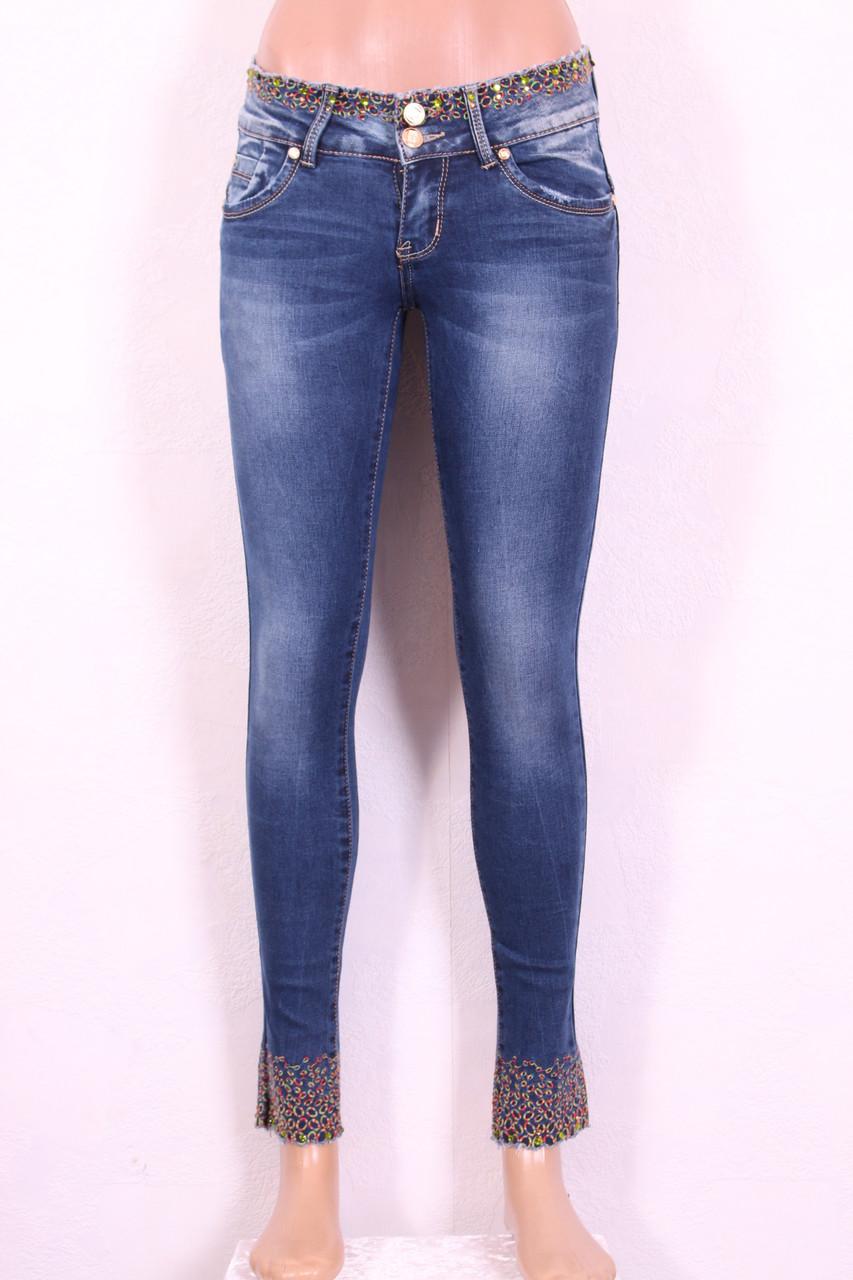 Женские джинсы узкие укороченные с вышивкой и перфорацией на поясе и по низу штанин