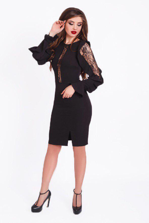 3853cce0bd9 Короткое вечернее платье футляр с гипюровыми вставками на рукавах и ...