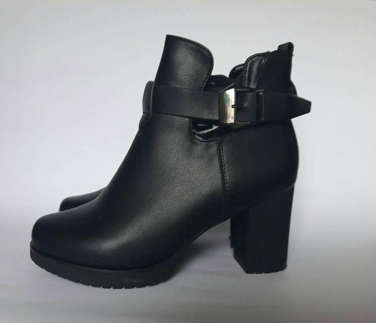 Ботинки с вырезами по бокам и ремешок, фото 1