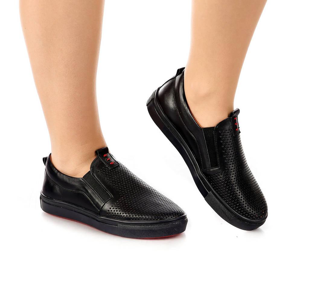 Слипоны женские кожаные на толстой подошве и резинках чёрные с перфорацией