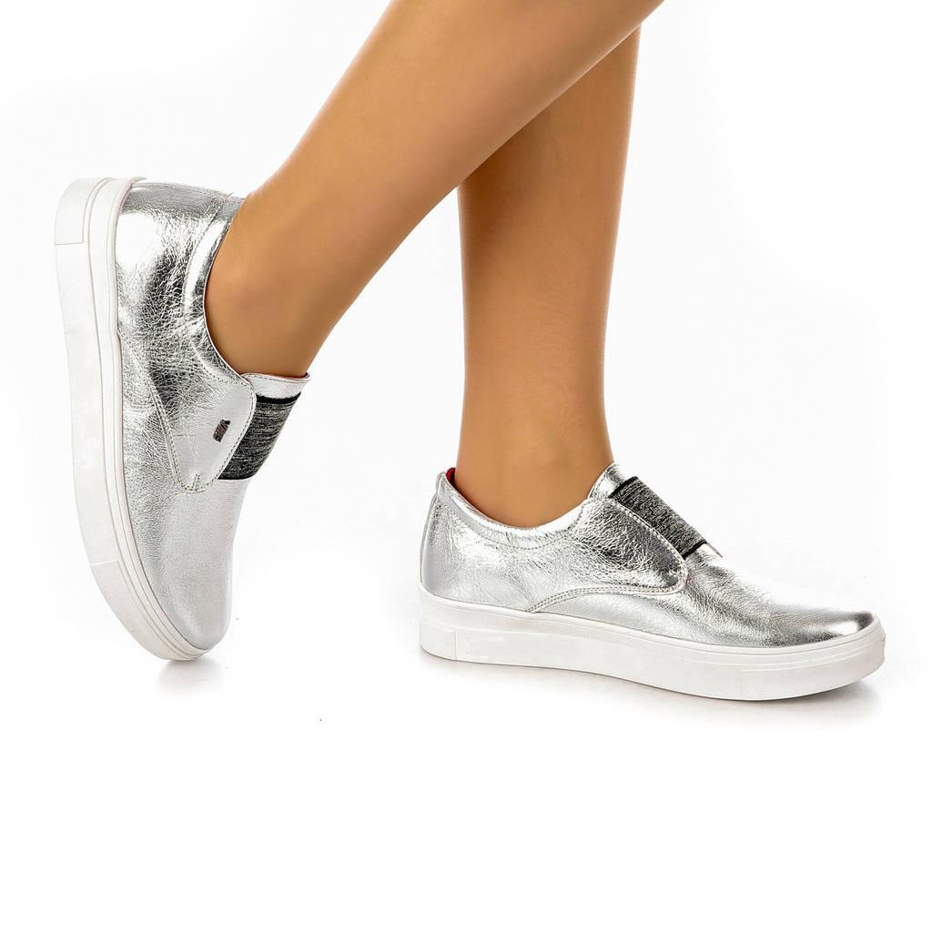 Туфли женские закрытые на низкой платформе и резинке серебристые из натуральной кожи