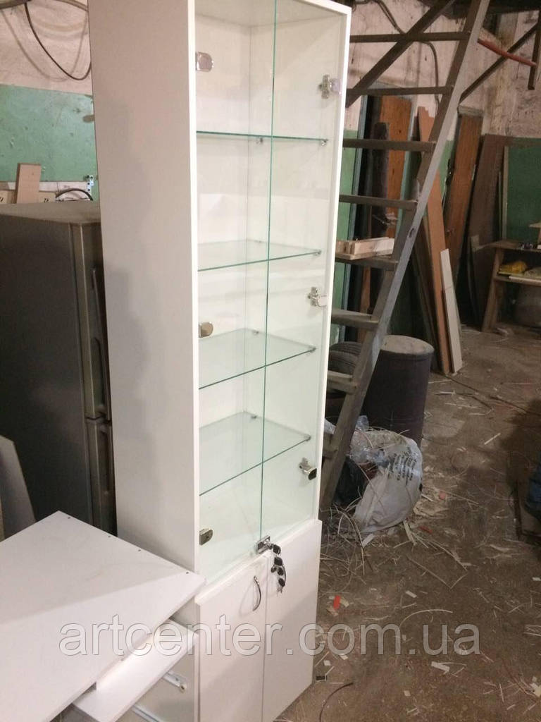 Шкаф-витрина  со стеклянными полочками