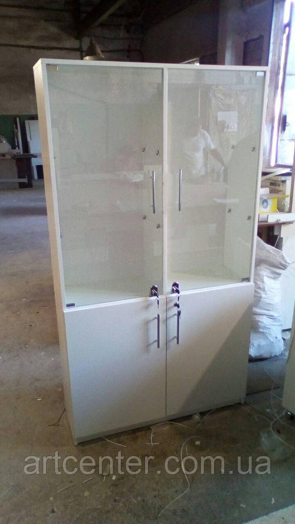 Шкаф витринный со стеклянными полочками и полочками, закрытыми дверцми