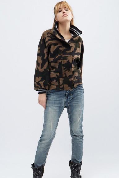 Короткое женское пальто в стиле милитари