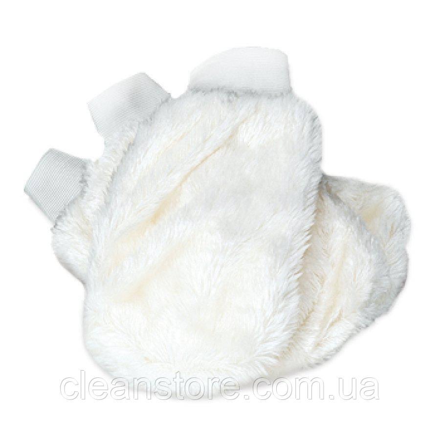 Белая меховая рукавица для чистки и нанесения составов