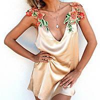 Красивое шелковое женское платье с вышивками