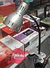 Металлическая настольная лампа на подставке