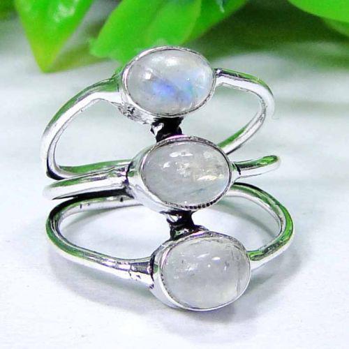 Красивое кольцо  - натуральный лунный камень в серебре. Кольцо с тремя лунными камням 17,5 размера.