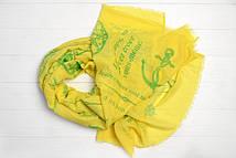 Яркий шарф модного фасона