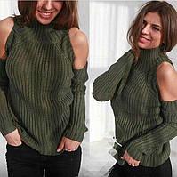 Женский свитер под горло крупной вязки с открытыми плечами зеленый