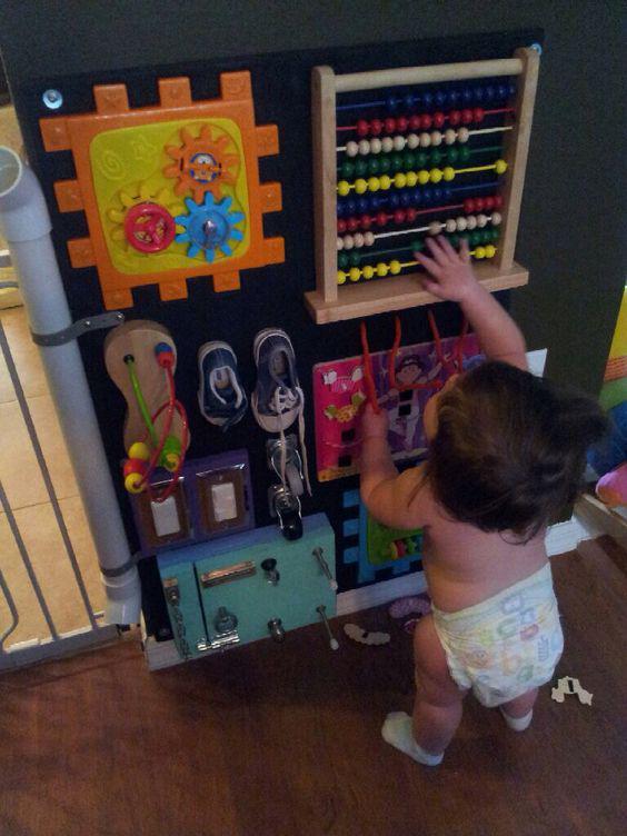 Ребёнок играет. Картинка 3.