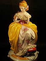 Статуэтка Девушка в кресле 26 см Италия фарфор.