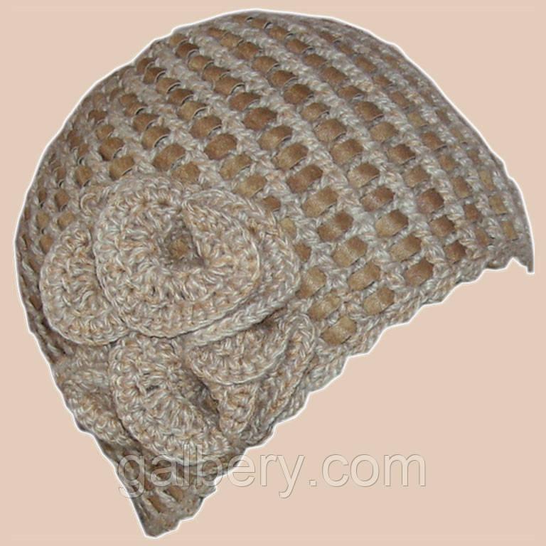 Вязаная женская шапка на подкладке цвета льна c элементами кожи