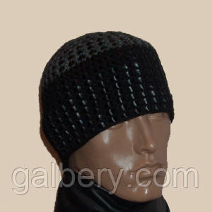 Мужская вязаная зимняя шапка серо-черного цвета c элементами кожи