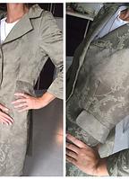 Приталенный женский оливковый  плащ из узорчатой ткани Sinequanone, фото 1