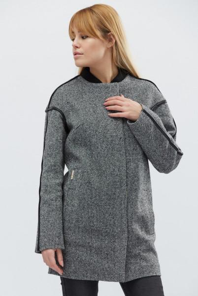 Женское пальто свободного кроя с отделкой из эко-кожи