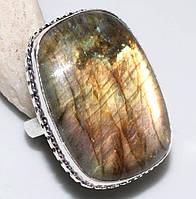 Красивое, яркое кольцо с натуральным камнем лабрадор в серебре.