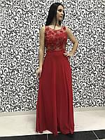 Нежное красное женское платье декорированное цветами из ткани.