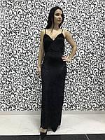 Женское вечернее велюровое платье с глубоким декольте и вырезом.