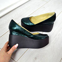 Модные женские кожаные туфли изумруд зеленые перламутр на черной танкетке