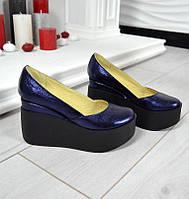 Женские кожаные туфли синие перламутр на черной танкетке
